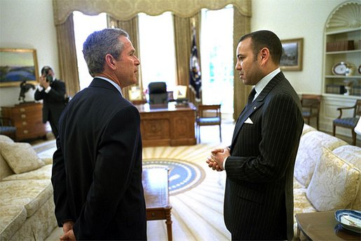 US President George W. Bush talks with His Majesty King Mohammed VI of Morocco in the Oval Office Tuesday, April 23 2002. źródło: Wikipedia, White House