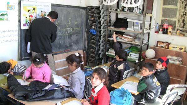 Uczniowie szkoły przebywają w prowizorycznie przygotowanym pomieszczeniu.