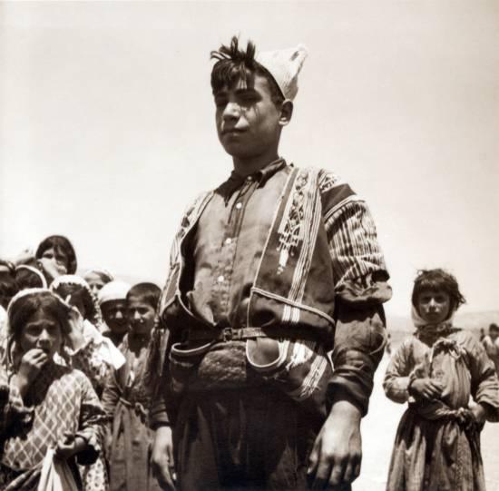 Młody alawita w Antiochii, 14 lipca 1938 (fot. John David Whiting, Gästgifvar Eric Matson, ze zbiorów Biblioteki Kogngresu USA, domena publiczna)