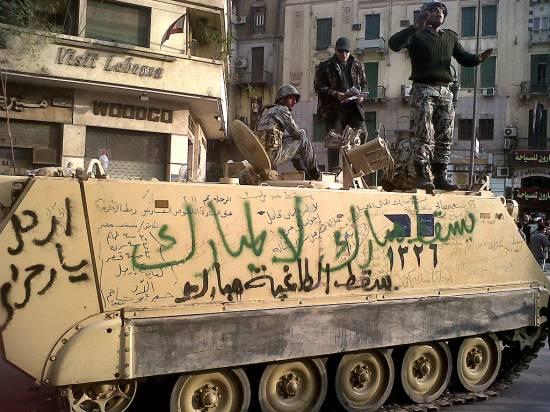 """Egipski transporter opancerzony pokryty napisami takimi jak """"Przecz z Mubarakiem"""" czy też """"Dyktator Mubarak upadł"""" (fot. monasosh, na licencji Creative Commons Attribution 2.0 Generic)"""