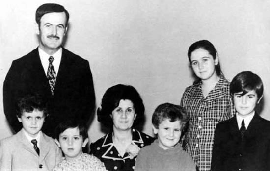 Hafiz Al-Asad z rodziną we wczesnych latach 70. Baszszar pierwszy z lewej u dołu (fot. domena publiczna)