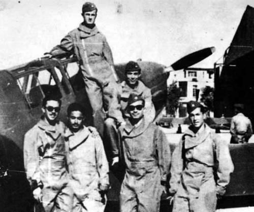 Hafiz Al-Asad (stoi na skrzydle) z kadetami Akademii Wojskowej w Hamie, 1953–1954 rok (fot. domena publiczna)