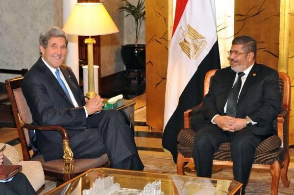 Amerykański Sekretarz Stanu John Kerry w czasie spotkania z wywodzącym się z Bractwa Muzułmańskiego, obalonym ostatnio prezydentem Egiptu Muhammadem Mursim (fot. Departament Stanu, domena publiczna).