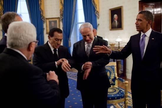 Husni Mubarak i Beniamin Netanjahu, Barack Obama i przywódca Autonomii Palestyńskiej Mahmud Abbas w czasie bliskowschodnich negocjacji pokojowych w Waszyngtonie, 2010 r. (fot. Pete Souza, Biały Dom).