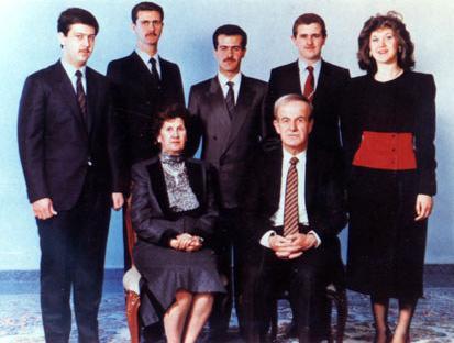 Rodzina Asadów: z przodu Hafiz Al-Asad z żoną Anisą Machluf, z tyłu od lewej Maher, Baszszaar, Basil, Majid i Buszszra (fot. domena publiczna)
