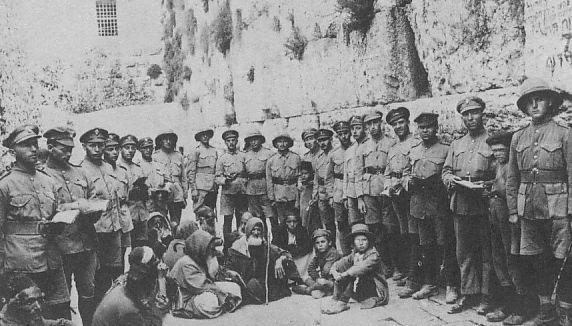 Żołnierze Legionu Żydowskiego pod Ścianą Płaczu w 1917 r.