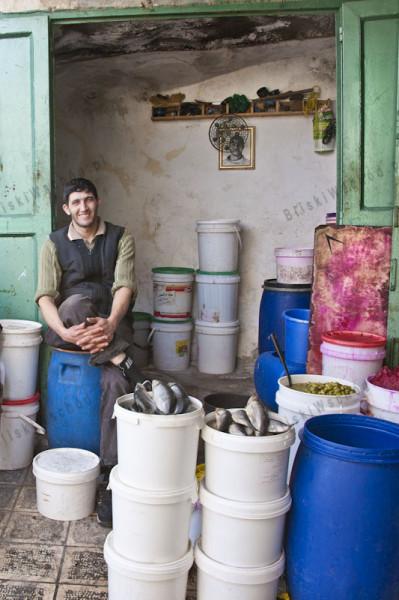 Hebron. Sprzedawca ryb i oliwek. O ile ryby z pewnością są towarem importowanym, tak oliwki pochodzą z prywatnego ogrodu i przyrządzane przez żonę sprzedawcy.