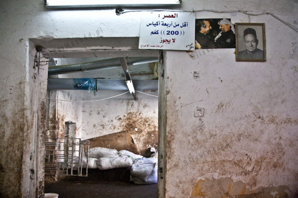 Ramallah. Niewielka manufaktura, w której wyciskana jest oliwa z oliwek. Najprawdziwsze pierwsze tłoczenie. Manufaktura istnieje od dziesiątek lat i zyskała uznanie prezydenta Arafata, który podobna odwiedzał to miejsce osobiście.