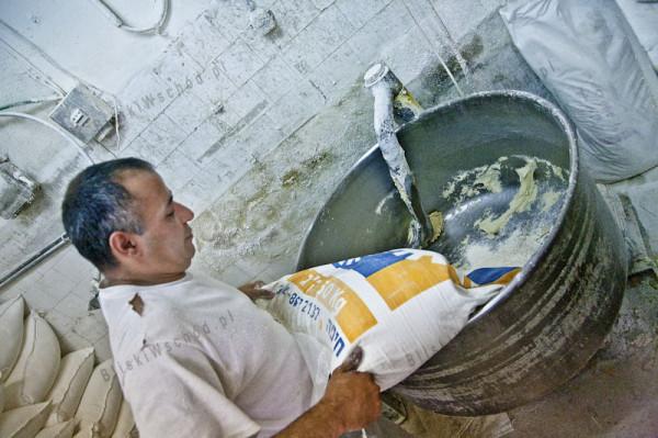 Ramallah. Częściowo zmechanizowana piekarnia, wyrabiająca około 1000 hubz (pit) na godzinę. Ciasto wyrabiane jest jedynie w jednej metalowej misie.