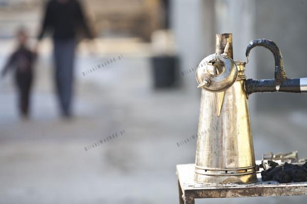 Obóz dla uchodźców w Dżeninie. Bardzo popularnym sposobem zarabiania pieniędzy jest sprzedaż kawy na ulicy. Handlarz nosi kawę w takim naczyniu. Aby napój nie ostygł, w górnej części dzbanka żarzy się węgiel.