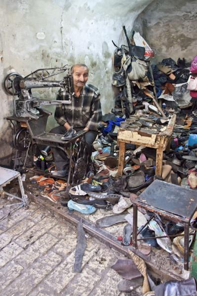 Hebron, główna ulica starego miasta. Ten zakład szewski  jest de facto wnęką w murach budowli z czasów imperium otomańskiego.