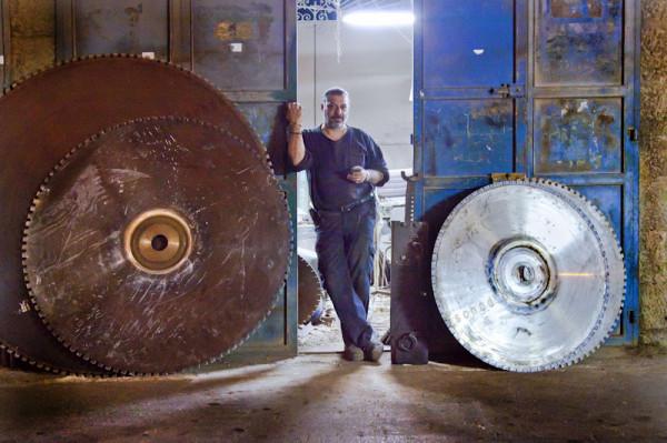 Niewielki zakład zajmujący się obróbką metali. Bejt Dżala. Większość tego typu zakładów jest otwarta do późnych godzin nocnych. Palestyńczycy nie oddzielają swojego życia zawodowego od czasu spędzanego z rodziną i przyjaciółmi. Wszystkie aktywności mocno się przenikają.