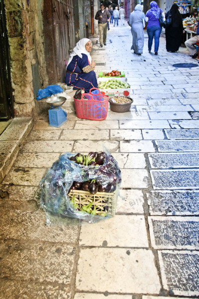 Jerozolima. Nie tylko suki, ale również wszelkie wolne przestrzenie wypełnione są drobnymi handlarzami sprzedającymi towar zerwany we własnym ogrodzie czy polu. Zajmują się tym najczęściej starsze kobiety i dzieci.