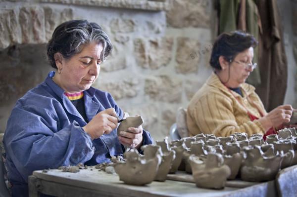 W Tajbeh lokalna społeczność chrześcijańska zorganizowała dla siebie kilka niewielkich zakładów pracy. Tutaj kobiety wykonują ozdobne gliniane gołąbki.