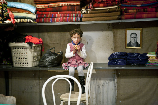 Hebron. Sklep spółdzielni Women in Hebron. Kobiety z regionu ręcznie wykonują takie przedmioty jak koce, poszewki, torby, szale. Kobiety coraz częściej organizują się w spółdzielnie, aby łatwiej dzielić się obowiązkami i usprawnić sprzedaż.