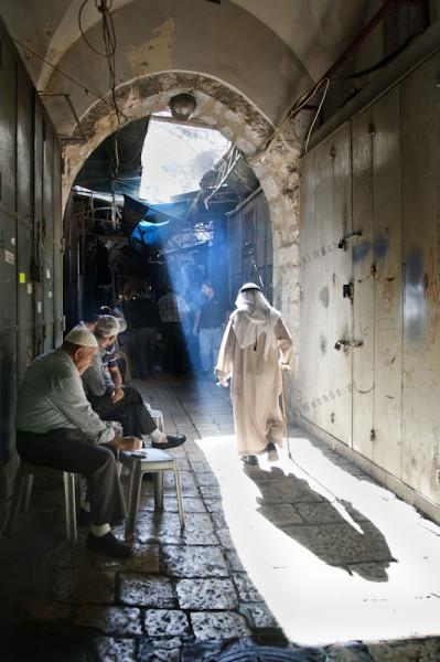 Stare miasto Jerozolimy. Każdy zakątek jest dobry do stworzenia mini kawiarnię. Wąska uliczka suku wydaje się idealna.