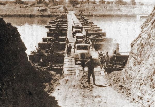 Oddziały egipskie przekraczają Kanał Sueski, 7 października 1973 r. (domena publiczna).
