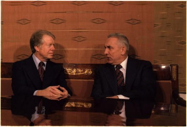 Edward Gierek starał się brać aktywny udział w działaniach dyplomatycznych, kreował się też na męża stanu reprezentującego interesy Polski za granicą. Na zdjęciu z prezydentem USA Jimmym Carterem, 30 grudnia 1977 (ze zbiorów National Archives and Records Administration, domena publiczna).