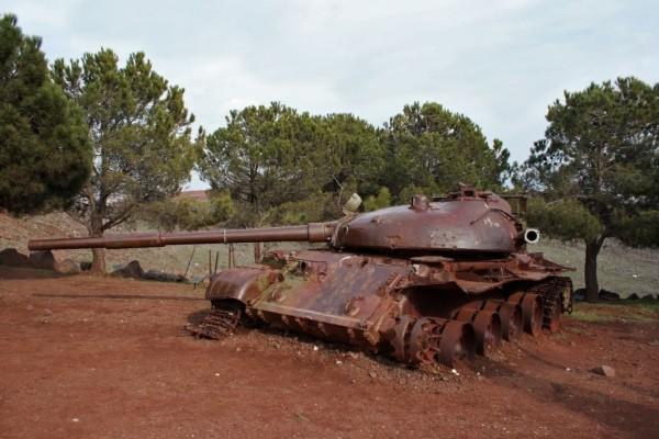 Zniszczony syryjski czołg T-62 na Wzgórzach Golan (aut. Jakednb, opublikowano na licencji Creative Commons Uznanie autorstwa – Na tych samych warunkach 3.0).