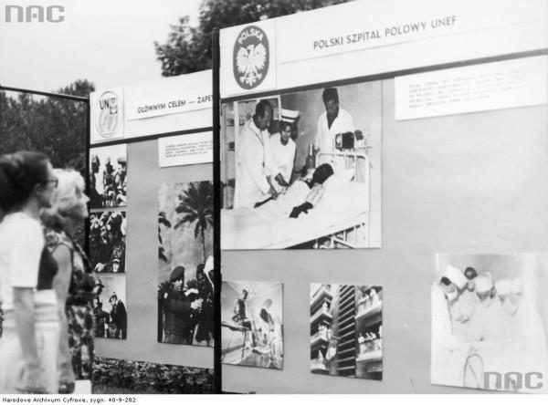 Wystawa dokumentująca działalność Polskiej Wojskowej Jednostki Specjalnej na Synaju (aut. Grażyna Rutowska, ze zbiorów NAC, 40-9-282).