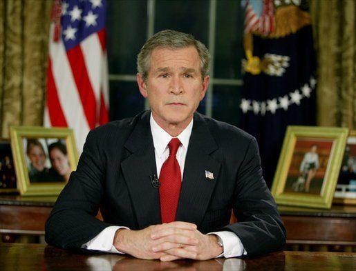 """George W. Busk w Gabinecie Owalnym informuje Amerykanów o rozpoczęciu operacji """"Iracka Wolność"""", 19 marca 2003 r. (fot. domena publiczna)."""