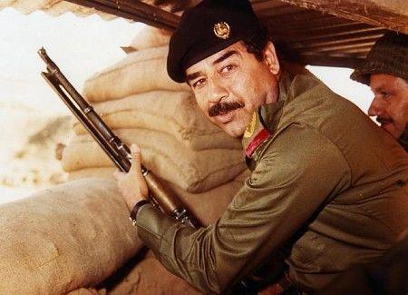 Saddam Hussein w czasie wojny iracko-irańskiej w latach 80. (fot. AFP, domena publiczna).