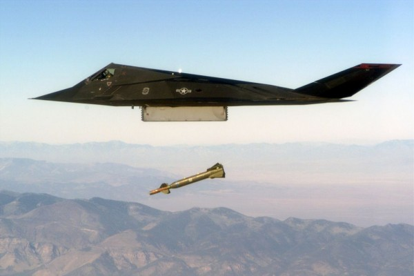 F-117 Nighthawk w czasie bombardowania (fot. domena publiczna).
