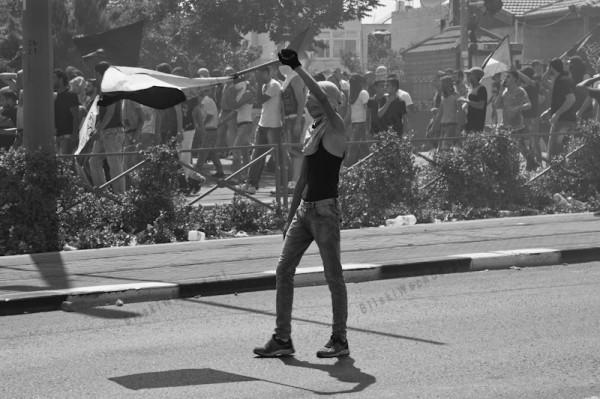 Młodzież palestyńska maszeruje w kierunku wojskowych blokad.