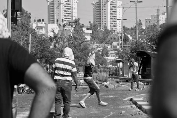 Palestyńska młodzież rzuca w policje kamieniami. Lekko rannych zostało około 20 policjantów.