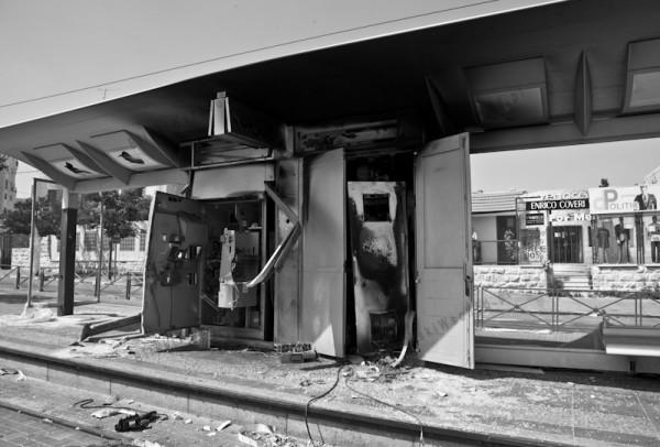 W dzielnicy Szufat w Jerozolimie demonstrujący Palestyńczycy zniszczyli infrastrukturę na głównej ulicy łączącej centrum miasta z północą. Połączenie tramwajowe było wybudowane przez Izrael we wschodniej części miasta, która uznawana jest za okupowaną. Palestyńczycy w ten sposób manifestowali, że nie zgadzają się na dokonywanie zmian w tej części Jerozolimy.