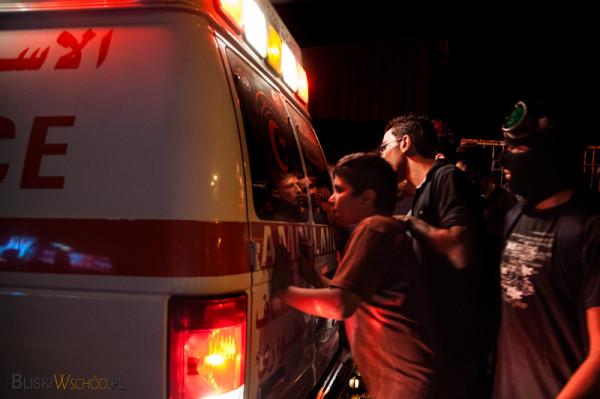 Protest w Betlejem. Demonstranci sprawdzają  w karetce Czerwonego pólksiężyca znajduje się ktośz ich bliskich.