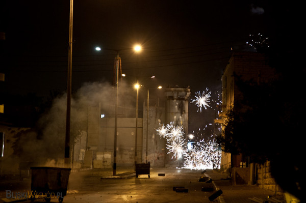 Palestyńczycy rzucjają w żołnierzy kamieniami, butelkami i strzelają w stronę wierzy z petard.