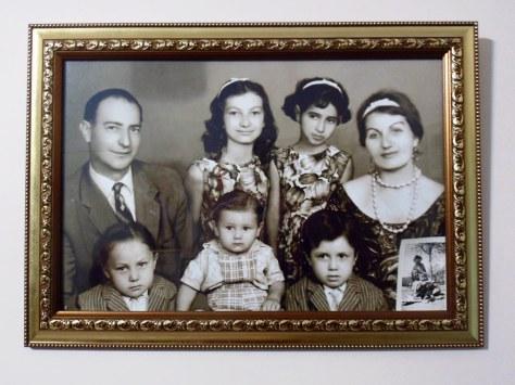 Lena (w dolnym rzędzie, w środku) wraz ze swoimi kuzynami, ciotką i wujkiem.
