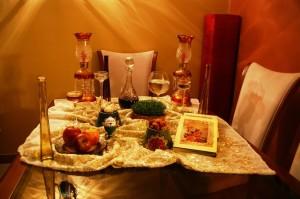 Noworoczny stół u moich przyjaciół w Teheranie. Na stole znajdują się: pszenica (irań. sabzeh), słodki pudding z zarodków pszennych (irań. samanu), suszone owoce oliwnika zwyczajnego (irań. senjed), czosnek (irań. sir), jabłka (irań. sib), sumak (irań. somaq) oraz ocet (irań. serkeh).