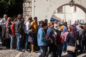 Rodzina Awada Aljadi czeka w kolejce do rejestracji na posterunku policji w Kos.