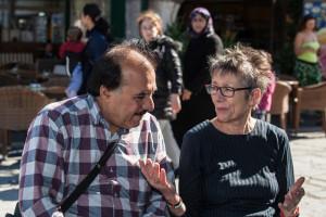 Awad Aljadi rozmawia w Kos z przedstawicielką parlamentu niemieckiego, Annette Groth. Parlamentarzystka opowiada mu o trudnościach, jakie czekają go w przeprawie przez Europę i na miejscu w Niemczech.