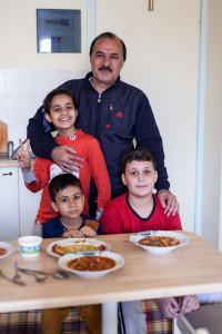 Prof. Awad Aljadi ze swoimi dziećmi. Fot. Dominika Zarzycka